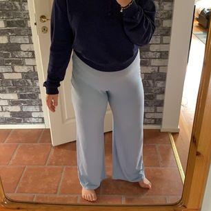Säljer dessa sjukt sköna byxor från Bohoo. Köpt förra sommaren men knappt använda då de är lite för långa för mig. Samma byxor som på Bild 3 fast en annan färg. Storlek 40. Pris är ink frakt