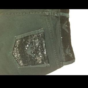 Äldre äkta(!) svarta Armani jeans med paljetter på bakfickorna och längs midjan. Storleken som står i byxorna stämmer inte riktigt utan skulle säga att de är som en W:26/27 och L:31. Knappen är bytt och de är något urtvättade i tyget. Frakt; 59 kr
