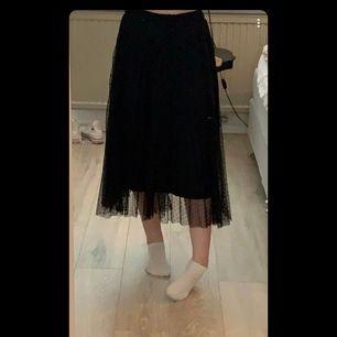 Långkjol med prickigt tyg och underkjol ifrån stradivarius, sparsamt använd. Säljer för 200kr, frakt inräknat i priset💕