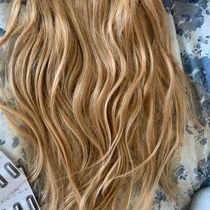 Extensions + clips, aldirg använt, kvitto kvar, äkta hår och extremt bra kvalite. Fler bilder går att få! Blond/guldig färg, går säkert att färga/bleka oxå eftersom det är äkta hår! Orginalpris 850kr säljer för 400kr! Du får klippa o sätta fast clipsen ❤️