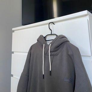 Säljer nu min super mysiga hoodie med märket super dry då den inte längre kommer till någon användning. Nypris 800, säljer för 150 kr + frakt.