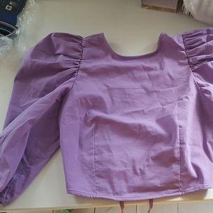 Säljer denna blus som endast använts en gång. Eftersom jag inte använder den tror jag den gör bättre nytta i någon annans garderob. Den är i fint skick utan fläckar eller andra fel. Gjord i Bomull och har elastisk resår i armarna men inte för övrigt.