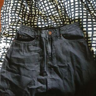 Detta är en svart denim minikjol alltså är den kort i längden. Väl använd men i väldigt bra skick. Den är i en urtvättad svart färg. Inga hål, fläckar eller lösa sömmar. 100% bomull alltså ingen stretch. Storlek 36, säljer då den inte passar längre.