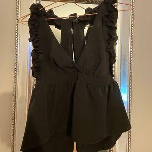 Ett jätte fint linne med fina detaljer så som en fin öppen rygg, volanger och urringning. Köpt på River Island. Storlek 36/ S. Mitt pris, 130kr +frakt.