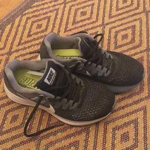 Säljer knappt använda löparskor från Nike. Mycket dämpning och passar egentligen all typ av sport. På bild 2 ses en defekt i fodret därför säljer jag dem billigt.