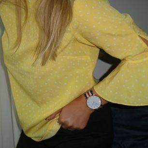 Gul stjärnig gul trekvarts armad blus från H&M. Säljer den för att jag inte känner att jag passar i den, så den är bara använd vid ett tillfälle. Väldigt gullig med dem små stjärnorna och detaljerna på ärmarna💖 FRAKT tillkommer