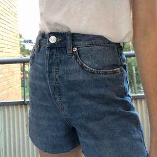 Jeans från H&M som jag har klippt till shorts. Jeansen är mom jeans så de sitter lite oversized. Nypris 300kr. Köparen står för frakt.