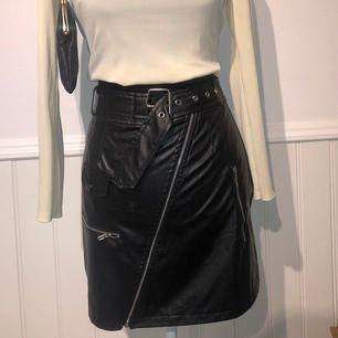 Världens coolaste kjol från prettylittlething. Köpt för ca 300kr (£25) den har aldrig blivit använd då jag inte kunde hitta ett tillfälle att ha den på (fegis) ☺️ matrialet är bra och man kan dra upp dragkedjan där fram.