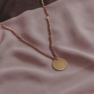 Trendigt halsband från mitt företag Zohio Jewelry, har endast 5 st kvar i lager vilket betyder att först till kvarn gäller❤️☺️ FRAKTAR OCH MÖTS UPP, FRAKTEN TILLKOMMER PÅ 11kr