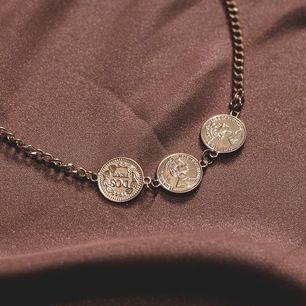 Trendigt halsband från mitt företag Zohio Jewelry, har endast 4 st kvar i lager vilket betyder att först till kvarn gäller❤️☺️ FRAKTAR OCH MÖTS UPP, FRAKTEN TILLKOMMER PÅ 11kr