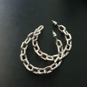 Fina ringar som ser ut som kedjor. Köpta på Ur&Penn och använda ett fåtal ggr, skulle säga att de är i nyskick. Steriliserar innan jag skickar. 4 cm i diameter. Frakt tillkommer