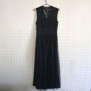 Om du ska på bal eller fin fest men inte vill gå 100 procent prinsessa är den här klänningen perfekt! Den övre delen av klänningen är i spets och den undre i plisserad tyll. Klänningen är till fötterna på mig utan skor och jag är 168 cm lång.