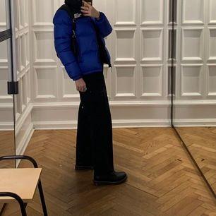 Super snygga kostymbyxor köpta secondhand, har för många kostymbyxor så måste bli av med ett par😕 Ca stl:s/m, jag är 167 cm. Pris exklusive frakt