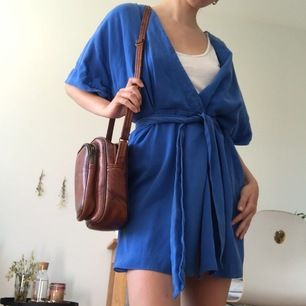 Sprakande blå sommar klänning!! Midjeband och storlek går att justera (med oknutet midjebandet liknar klänningen en rock med öppen framsida).