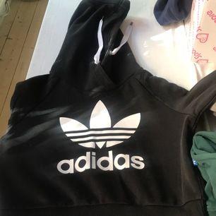 Midjekort Adidas hoodie, mycket välvårdad.