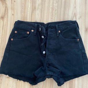 Korta svarta Levis 501 shorts. Storlek 25-26 Aldrig använda men tvättade en gång. Köpta på Urban Outfitters.