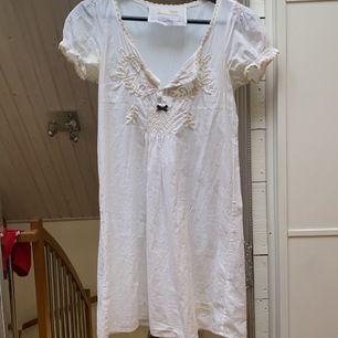 Vit super gullig klänning från odd Molly i  storlek 34. Superfin u-ringning. Köpt för 1200