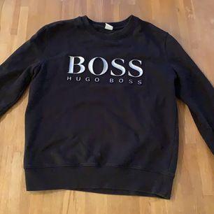 Hugo boss tröja för både män och kvinnor. Storlek xs men passar en s. Använd fåtal gånger. Frakt ingår i priset.