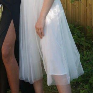 Superfin vit kjol med vitt tyll från Ida Sjöstedt! Använd bara två gånger (nypris 1500kr). Skriv för bättre bilder då dessa är från min bal🤗 frakt tillkommer