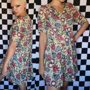 Så cool unik 90s klänning köpt secondhand från märket LIPP. Storlek medium men passar mig snyggt oversized och jag har vanligtvis xs-s i storlek. Lite seethrough och väldigt sval så passar utmärkt som strandklänning. Frakt är 44 kr, samfraktar gärna👍🌞