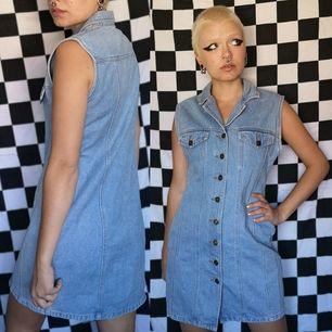 Snygg retro klänning köpt secondhand, storleken är bortskavd från lappen men passar mig som vanligtvis har xs-s i storlek. Frakten för denna ligger på 63 kr, samfraktar gärna 🌞👍