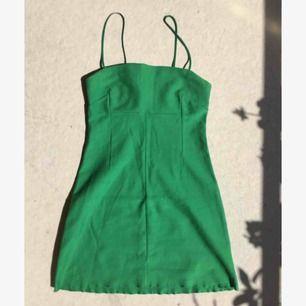 Grön mini-tub-klänning från urban outfitters! Sitter tight på kroppen och är stretchig! Frakt ingår💕