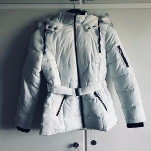 Säljer min fina mysiga vinterjacka ifrån Zalando som tyvärr inte riktigt var min stil. Är slutsåld och finns inte längre någonstans. Använd kanske 3-4 gånger så i fint skick👍🏼 nypris var 899kr🤩Frakt tillkommer🌸🥰