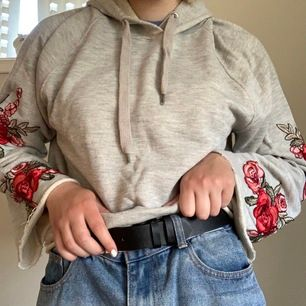Snygg croppad hoodie med trumpetärm med broderade rosor på! Minns inte när jag köpte den men den är knapöt använd!🥩🐕🦺 Kan mötas upp i Trollhättan, annars står köparen för frakt!✨📦