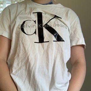 Basic CK tshirt. Aldrig använd, säljer den då jag inte använder den✨ Kan mötas upp i Trollhättan, annars står köparen för frakt!📦