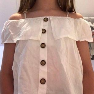 Fin vit blus från kappahls barnavdelning<3 är tyvärr lite genomskinlig men det är inte ett jättestort problem. Knapparna är av plast men ser lite ut som trä. Frakt ingår i priset