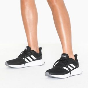 Helt nya oanvända Adidas runfalcon löparskor, praktiska och snygga. Nypris 529kr