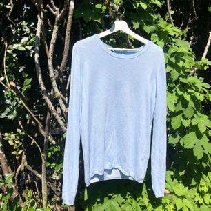 Fin enkel blå tröja i st. M i fint skick. Väldigt gullig och perfekt till sommaren! Säljer för 80kr + att frakt tllkommer💙💙