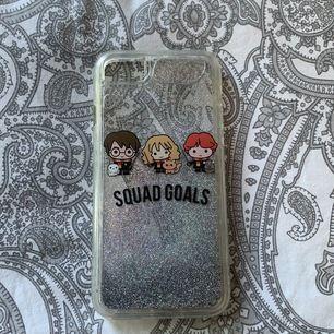 Säljer detta Harry Potter (Glitter) mobilskal för en 7:a. Säljer det då jag aldrig använde det direkt. Väldigt fint, inga repor, köparen betalar för frakt