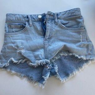Ett par superfina jeansshorts från h&m i storlek 32