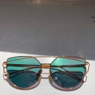 Ett par rosa solglasögon med lite detaljer. Köpte på Wish och de har tyvärr inte kommit till användning. Det är dock några små repor i glaset. Säljer för 50 kr eller högsta bud!!  Frakten inkluderas i priset 💗