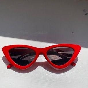 Ett par coola röda cateye brillor med spegelglas. Säljer pga de inte kommer till användning :(  Inga repor i glaset. Säljer för 60 kr eller buda!! Frakten inkluderas i priset ❤️