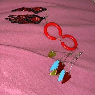 3 par örhängen samt en rolig tomteluva du kan sätta i ditt AUX uttag. Allt säljes för 50kr och köparen står för frakten. Självklart följer även en fin smycketslåda med!