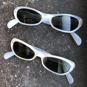 Smala trendiga solglasögon i genomskinlig/blå/grå plast med svart glas. Samma vibe som på Chimis collab med Joel Ighe. Smala/snabba och skitsnygga att ha på nästippen. Aldrig använda och toppenskick. 70kr styck eller 120kr för båda 🥰