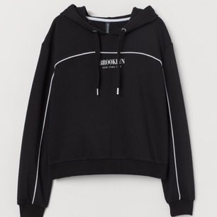 En superfin croppad hoodie från H&M.  Använd endast ett par få gånger. Säljer den för att den är lite för stor på mig. Frakt tillkommer