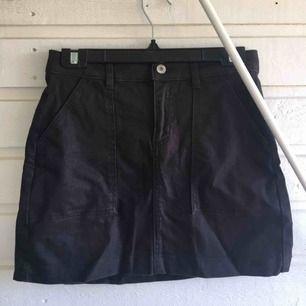 Svart jeanskjol från HM med silverdetaljer och fickor. Är i storlek S men sitter som M. Nyskick<3 passar speciellt bra om man har mer höfter och rumpa eftersom den formars sig fint efter kroppen.