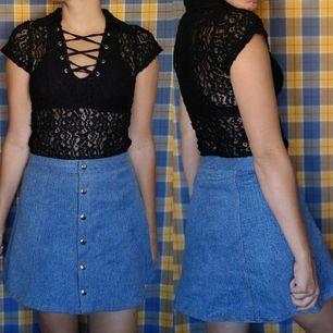 Så söt kjol köpt secondhand i superfint skick, har inga lappar alls men midjemåttet mäter cirka 71-72 cm och längden cirka 38-39 cm. Frakten för denna ligger på 63 kr, samfraktar gärna 🌞👍