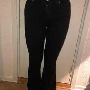 Svarta utsvängda jeans från Dr denim i storlek XS💕