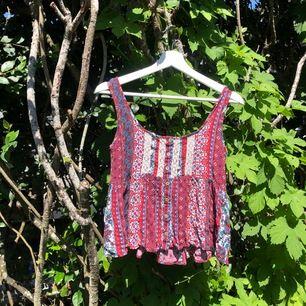 Bohemiskt linne i olika mönster i st. XS. Väldigt fin, köpt i usa. Kan skicka fler bilder vid intresse. Säljer för 60kr + frakt tillkommer på ca. 44-66kr💜💜
