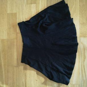 Utsvängda gullig kjol från Bershka! Kan mötas upp i Södertälje eller skicka, men då står köparen för frakt!