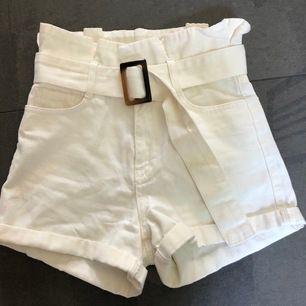 Säljer dessa hömidjade shorts från Na-kd som är perfekta för sommaren. Sitter superfint och är i väldigt bra skick då dem inte har kommit till användning. Frakt tillkommer, pris kan diskuteras. 🌼