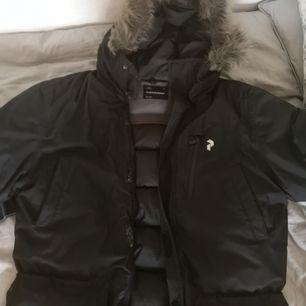 Sjukt bra och varm vinterjacka från Peak Performance, storlek L. Man kommer aldrig frysa på vintern med denna jacka. Köpt för 4200kr för 3 vintrar sedan. I mycket fint skick.