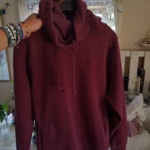 En vinröd hoodie med hög krage, supermysig!!! PRIS KAN DISKUTERAS, frakt tillkommer! 💙🧡💚🧡💙🧡💗🧡