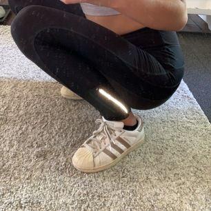 Guldiga Adidas Superstars, använda och lite smutsiga men dem går att tvätta. Skorna är i storlek 36 och säljs pga de inte används längre