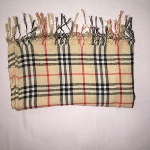 Rutig halsduk i mycket fint skick, endast testad. Materialet är mjuk. Från Pashmina. Frakt inräknad i priset. 🌸