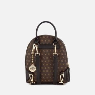 Gratis frakt. - Äkta mini DKNY ryggväska, använt ungefär 2 gånger (den finns inte kvar i butik/online). De 2 första bilderna är från google, väskan är mörk brun på de. Den 3e bilden är min, där ser man vilken färg väskan är, ljusare brun.😊